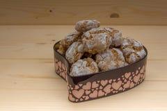 Domowej roboty migdałowi ciastka w cyny formie serce Zdjęcia Stock
