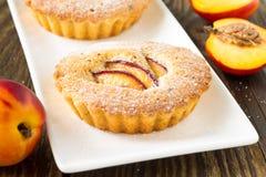 Domowej roboty mini brzoskwinia tort na bielu talerzu fotografia stock