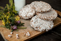 Domowej roboty mleko i smakowity crispbread na drewnianym stołowym tle Fotografia Royalty Free