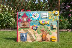 domowej roboty montessori dziecka zabawkarska deska rozdzielcza na tło zieleni gazonie fotografia stock