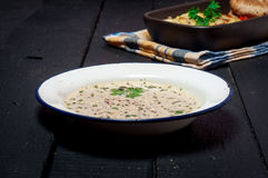 Domowej roboty Moussaka słuzyć z pieczarkowym gęsta zupa rybna chlebem i chutney (wschód - europejska kuchnia) Zdjęcia Stock