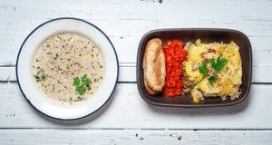 Domowej roboty Moussaka słuzyć z pieczarkowym gęsta zupa rybna chlebem i chutney (wschód - europejska kuchnia) Zdjęcie Royalty Free