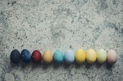 Domowej roboty naturalnie farbujący Wielkanocni jajka fotografia stock