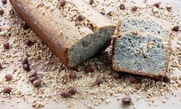 Domowej roboty Niemiecki Hazelnut bochenka tort na drewnianej desce Zdjęcia Stock