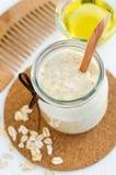 Domowej roboty oatmeal maska w małym szklanym słoju drewnianej włosy grępli i Delikatna pętaczka dla wyczulonej skóry Fotografia Royalty Free