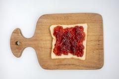 Domowej roboty obruszenie chleb z truskawkowym dżemem na drewnianym szerokim iso Zdjęcia Stock