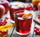 Domowej roboty odświeżająca sangria lemoniada, aperol z pomarańcze lub, jagody, cynamon, anyż na drewnianym stole Zamyka w górę l Zdjęcie Stock