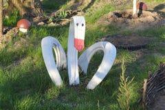 Domowej roboty ogrodowa rzeźba - łabędź robić stara samochodowa opona Jałowy upcycling pojęcie Osiągnięcie jard zdjęcie stock