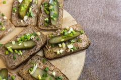 Domowej roboty okrasa i kiszony korniszon na plasterki chleb zdjęcia royalty free