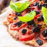 Domowej roboty oliwka - pomidorowa pizza Zdjęcia Royalty Free