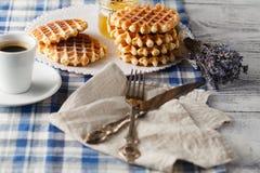 Domowej roboty opłatki na talerzu dla śniadania fotografia stock