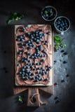 Domowej roboty opłatki z czekoladową śmietanką i czarnymi jagodami fotografia royalty free