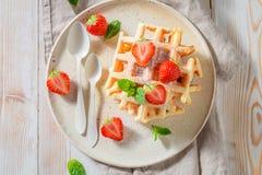 Domowej roboty opłatki z sproszkowanym cukierem i owoc obrazy stock