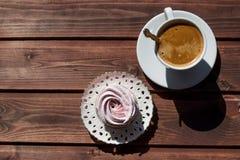 Domowej roboty organicznie deser, robić puree, zephyr lub marshmallow z filiżanką odizolowywającą owocowy i jagodowy, Romantyczny Obraz Stock