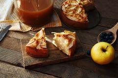 Domowej roboty organicznie jabłczanego kulebiaka deserowy przygotowywający jeść Wyśmienicie i piękny jabłczany kulebiak na drewni Zdjęcia Stock