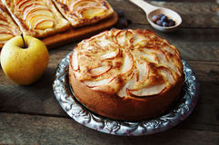 Domowej roboty organicznie jabłczanego kulebiaka deserowy przygotowywający jeść Wyśmienicie i piękny jabłczany kulebiak na drewni Obraz Stock