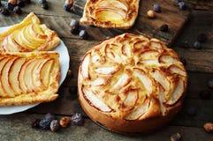 Domowej roboty organicznie jabłczanego kulebiaka deserowy przygotowywający jeść Wyśmienicie i piękny jabłczany kulebiak na drewni Zdjęcie Stock