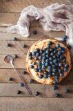 Domowej roboty organicznie jabłczanego kulebiaka deserowy przygotowywający jeść Wyśmienicie jabłczany kulebiak na drewnianym stol Obraz Stock
