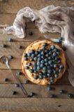 Domowej roboty organicznie jabłczanego kulebiaka deserowy przygotowywający jeść Wyśmienicie jabłczany kulebiak na drewnianym stol Obrazy Royalty Free