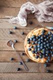 Domowej roboty organicznie jabłczanego kulebiaka deserowy przygotowywający jeść Wyśmienicie jabłczany kulebiak na drewnianym stol Zdjęcia Stock