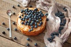 Domowej roboty organicznie jabłczanego kulebiaka deserowy przygotowywający jeść Wyśmienicie jabłczany kulebiak na drewnianym stol Fotografia Stock
