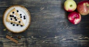 Domowej roboty organicznie jab?czanego kulebiaka deserowy przygotowywaj?cy je?? zdjęcie stock