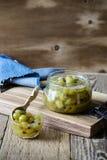Domowej roboty organicznie jagodowy dżem w szklanym słoju na nieociosanym drewnianym stole Zdjęcie Royalty Free