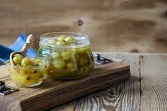 Domowej roboty organicznie jagodowy dżem w szklanym słoju na nieociosanym drewnianym stole Fotografia Stock