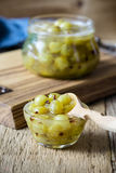 Domowej roboty organicznie jagodowy dżem w szklanym słoju na nieociosanym drewnianym stole Zdjęcie Stock