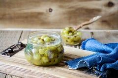 Domowej roboty organicznie jagodowy dżem w szklanym słoju na nieociosanym drewnianym stole Obraz Royalty Free