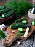 Domowej roboty organicznie lekko soleni ogórki Organicznie, zdrowy jedzenie, Obrazy Royalty Free