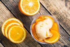 Domowej roboty organicznie pomarańczowy lody z świeżej owoc plasterkami fotografia royalty free