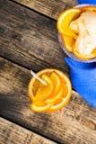 Domowej roboty organicznie pomarańczowy lody z świeżej owoc plasterkami zdjęcia stock