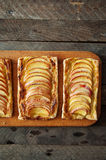 Domowej roboty organicznie rumiani kulebiaki z jabłka ptysiowym ciastem, przygotowywającym jeść Wyśmienicie jabłka chuch na drewn Obrazy Royalty Free