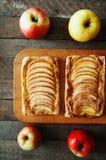 Domowej roboty organicznie rumiani kulebiaki z jabłka ptysiowym ciastem, przygotowywającym jeść Wyśmienicie jabłka chuch na drewn Obraz Stock