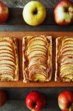 Domowej roboty organicznie rumiani kulebiaki z jabłka ptysiowym ciastem, przygotowywającym jeść Wyśmienicie jabłka chuch na drewn Zdjęcia Stock