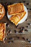 Domowej roboty organicznie rumiani kulebiaki z jabłka ptysiowym ciastem, przygotowywającym jeść Wyśmienicie jabłka chuch na drewn Zdjęcie Stock