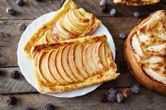 Domowej roboty organicznie rumiani kulebiaki z jabłka ptysiowym ciastem, przygotowywającym jeść Wyśmienicie jabłka chuch na drewn Zdjęcie Royalty Free
