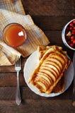Domowej roboty organicznie rumiani kulebiaki z jabłka ptysiowym ciastem, przygotowywającym jeść Wyśmienicie jabłka chuch na drewn Obraz Royalty Free