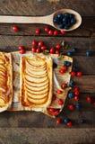 Domowej roboty organicznie rumiani kulebiaki z jabłka ptysiowym ciastem, przygotowywającym jeść Wyśmienicie jabłka chuch na drewn Obrazy Stock