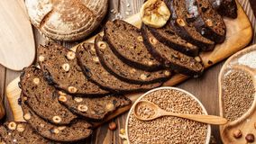 Domowej roboty organicznie, zdrowy chleb robić cały żyto, i pszeniczna mąka zbiory wideo