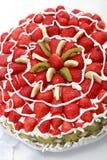 Domowej roboty owoc tort z truskawkami i kiwi Zdjęcia Royalty Free