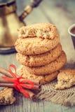 Domowej roboty owsów ciastka, cynamonowi kije i kawa, Obraz Royalty Free