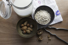 Domowej roboty owsa mleko z pucharami owies i dokrętki Fotografia Stock