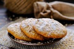 Domowej roboty owsa otrębiaści ciastka na nieociosanym tle zdjęcie royalty free