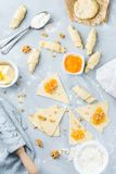 Domowej roboty półksiężyc rolki z pomarańczowym morelowym dżemem i składnikami zdjęcie stock