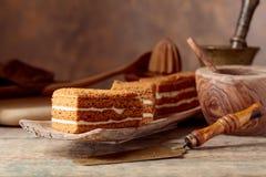 Domowej roboty płatowaty miodowy tort z śmietanką obraz stock