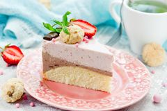 Domowej roboty płatowaty truskawkowy czekoladowego mousse tort zdjęcia stock