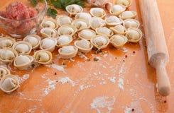 Domowej roboty pelmeni z składnikami zdjęcia stock