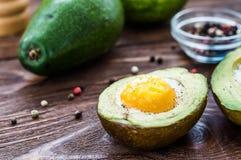 Domowej roboty piec avocado z jajkiem Zdjęcie Royalty Free